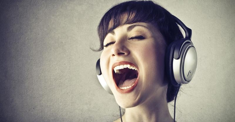 mở rộng khuôn miệng khi hát